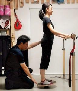 バレエボディトレーナーとバランスボードトレーニング中